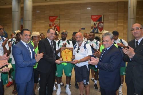 مطار القاهرة الدولي يستقبل منتخب المغرب بالورود