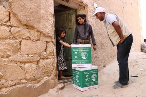 سلال غذائية من السعودية للنازحين بمأرب