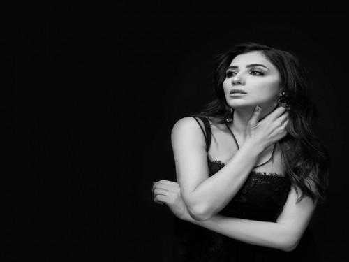 مي عمر تخضع لجلسة تصوير جديدة بالأبيض والأسود