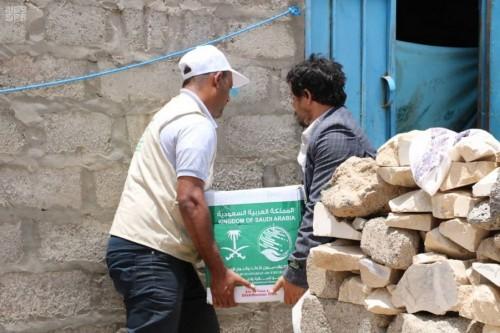 بدعم سعودي..توزيع 367 سلة غذائية في مأرب (صور)