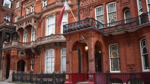 سائق صومالي يفضح انتهاكات السفارة القطرية في لندن (تفاصيل)