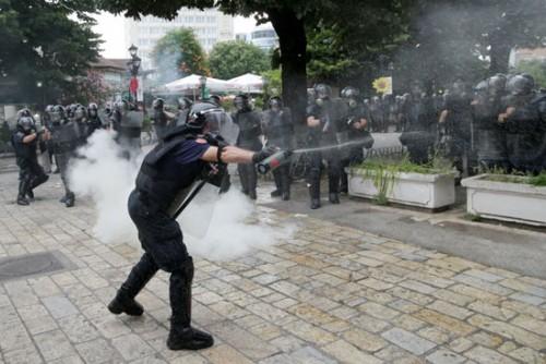 بالغاز المسيل.. الشرطة تتصدى لمظاهرات تعطيل الانتخابات بألبانيا