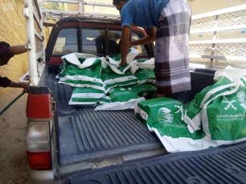 مساعدات غذائية من السعودية للنازحين بحضرموت