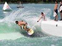 إيطاليا تفتتح أكبر حوض لركوب الأمواج يولد موجات اصطناعية