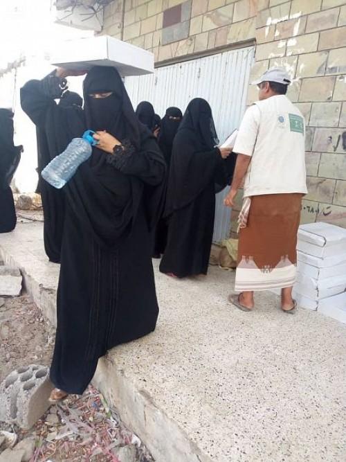 بدعم سعودي..توزيع 2908 كرتونة تمر على النازحين في مأرب وأبين (صور)
