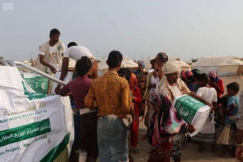 توزيع مئات السلال الغذائية على النازحين في حضرموت والحديدة (صور)