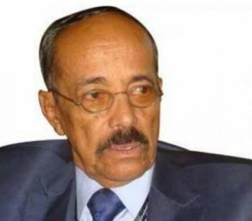 بعد اقتحام مكتبه وتهديده.. رئيس شورى الحوثيين يعتكف في منزله