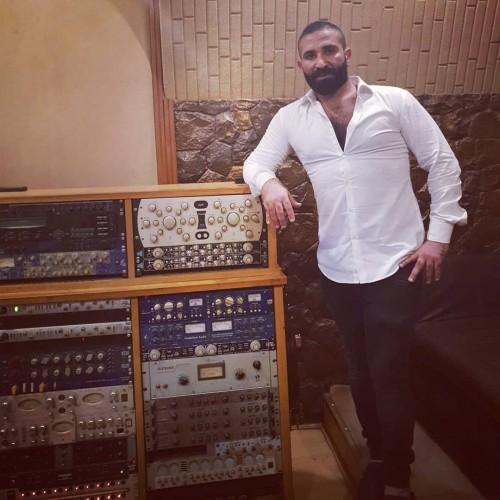 أحمد سعد يحضر لأغنية شجن جديدة (صور)
