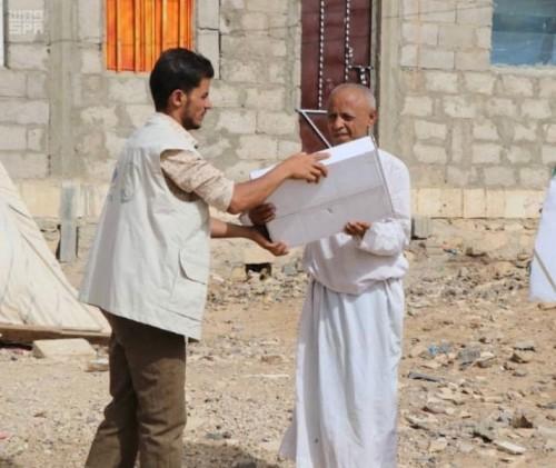 بدعم سعودي..توزيع 1740 كرتونة تمور في عمران والحديدة (صور)