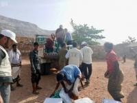 بدعم سعودي..توزيع 289 سلة غذائية في سقطرى (صور)