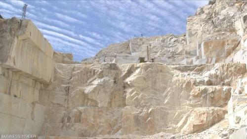 جبل حجري قيمته مليار دولار بإيطاليا