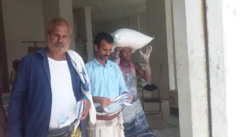 توزيع المساعدات الغذائية الخاصة بشهر يونيو على المستفيدين بردفان