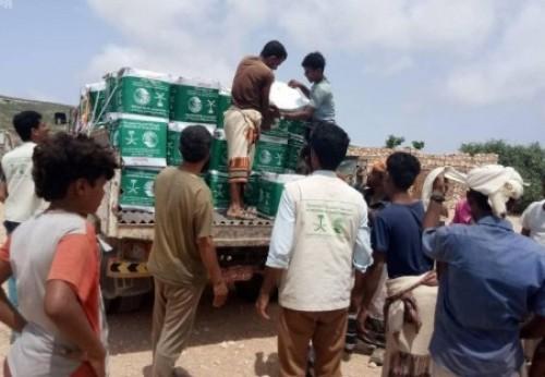 بدعم سعودي.. توزيع سلال غذائية بعدة مناطق في سقطرى (صور)