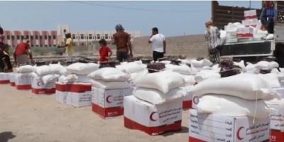 استفاد منها أكثر من 9600 نسمة.. الإمارات تقدم مساعدات غذائية في الدريهمي والخوخة وموزع  (فيديو)