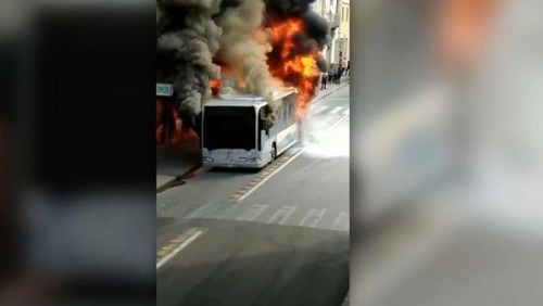 احتراق حافلة سياحية تقل زوارا أجانب في إيران