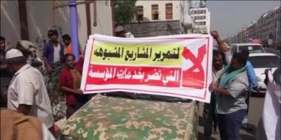 انهيار الخدمات الأساسية.. فساد الشرعية ينذر بطوفان شعبي يقتلع رموزها