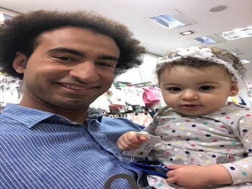 أول صورة لـ على ربيع مع ابنته بعد انفصاله عن زوجته