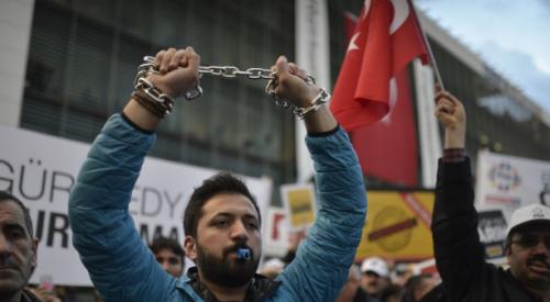 مجلة فرنسية: الهجمات ضد الصحفيين بتركيا تعكس مناخًا عدائيًّا
