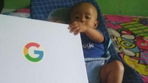 """إطلاق اسم """"جوجل"""" على مولود بإندونيسيا والشركة ترسل له بعض الهدايا"""