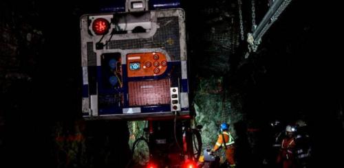 منجم كوري يحتجز 34 عاملاً عالقون في مصعد بعمق ألف متر