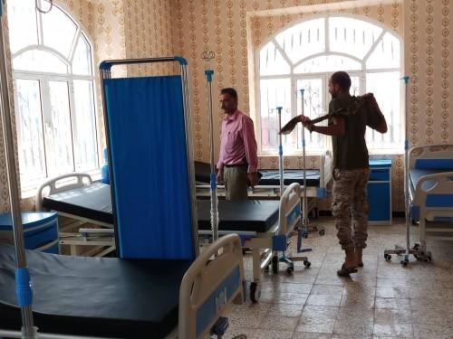قيادي بالانتقالي يزور المستشفى الميداني بالضالع