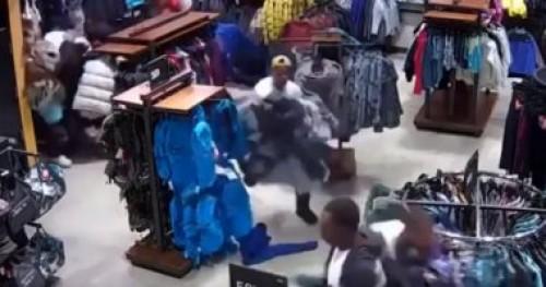 في 30 ثانية.. عصابة تسرق متجر ملابس بولاية ويسكونسن الأمريكية