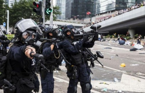 شرطة هونغ كونغ تعتقل 6 أشخاص خلال احتجاجات ضخمة