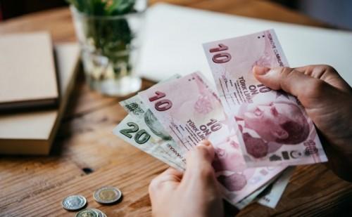 الليرة التركية تحقق خسائر فادحة بعد إقالة محافظ البنك المركزي