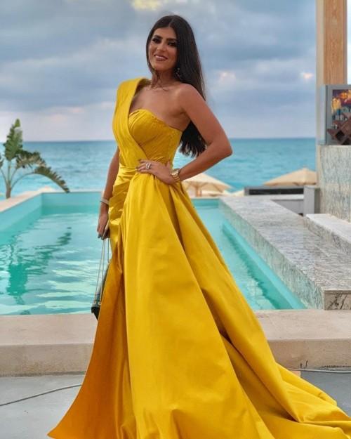 زوجة ماجد المصري تتألق بفستان أصفر في أحدث جلسة تصوير (صور)