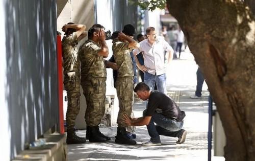 """لصلتهم بـ"""" غولن """".. أردوغان يأمر بالقبض على 176 عسكريًا"""