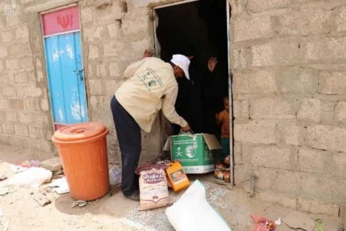 بدعم سعودي.. توزيع سلال غذائية على 420 يتيماً في عدد من المحافظات (صور)