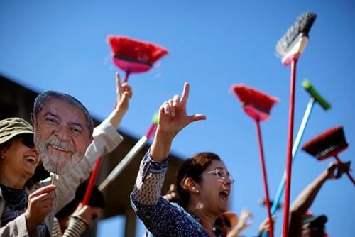 """مظاهرات بـ""""المقشات"""" للتنديد بسياسات وزير العدل البرازيلي"""