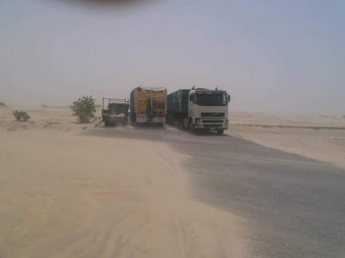 """بالصور.. الكثبان الرملية تغلق طريق """" عدن – المكلا """" الدولي"""