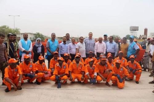 توزيع 60 عربة نقل مخلفات بقطاع إعادة التدوير في عدن (صور)