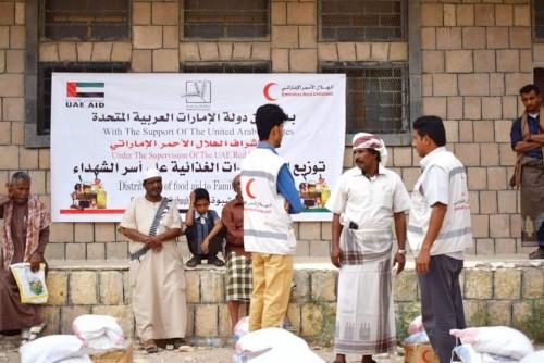 بدعم إماراتي.. توزيع 45 سلة غذائية على أسر الشهداء بشبوة (صور)