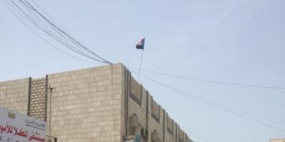 بالصور.. حملة ثانية لرفع أعلام الجنوب أعلى المصالح الحكومية بالمكلا