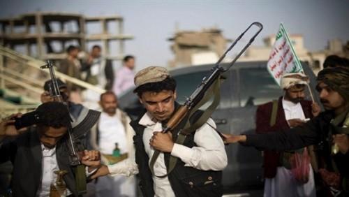 قيادي حوثي ينهب الباعة في صنعاء ويوزع الأموال على أقاربه (تفاصيل)