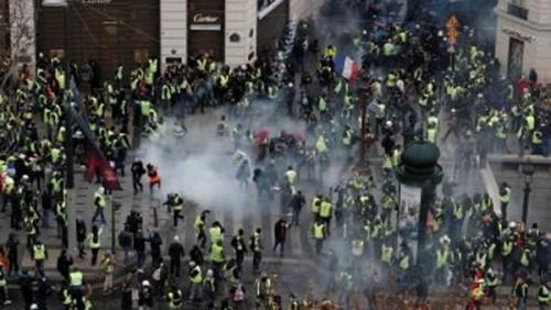الشرطة الفرنسية تستخدم الغاز المسيل للدموع لتفريق محتجين في شارع الشانزليزيه