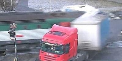 مقتل أربعة أشخاص جراء تصادم قطار مع سيارة ركاب في التشيك