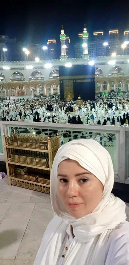 رانيا فريد شوقي تؤدي مناسك العمرة