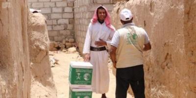 سلمان للإغاثة يوزع سلالاً غذائية على النازحين من صعدة إلى مأرب