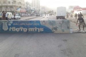 عاجل..محتجون يقطعون الشوارع الرئيسية في المكلا (صور)