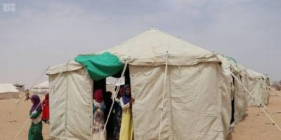 بدعم سعودي..توزيع مساعدات إيوائية على النازحين من صعدة إلى حضرموت (صور)