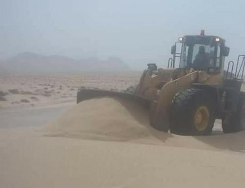 حملة لإزالة الكثبان الرملية من طريق (نشطون – سيحوت) بالمهرة