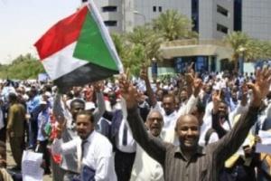 المهنيين السودانيين يتهم المجلس العسكري بإطلاق الغاز المسيل للدموع لتفريق موكب المتظاهرين