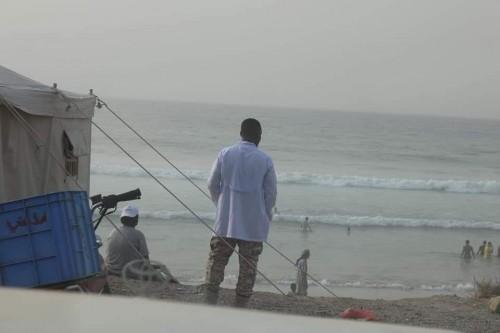 إنقاذ شاب من الغرق في شاطئ خلف بالمكلا