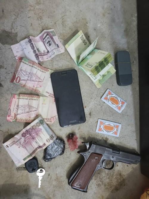 الحزام الأمني يطيح بشخصين بحوزتهما حشيش مخدر في عدن (صور)