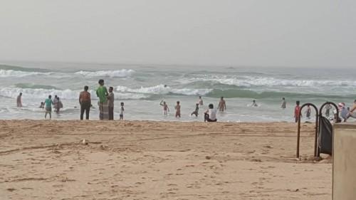 خفر السواحل يُنقذ شاباً صومالياً من الغرق بشاطئ الستين في المكلا