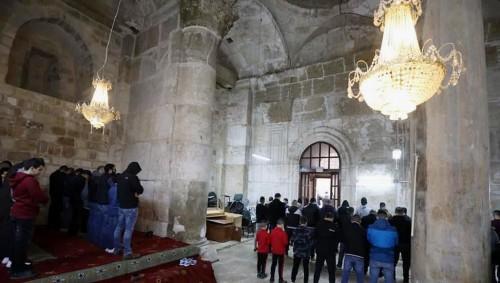 """بالصور والفيديو.. الاحتلال الإسرائيلي يقتحم مصلى """"باب الرحمة"""" ويستولي على أثاثه"""