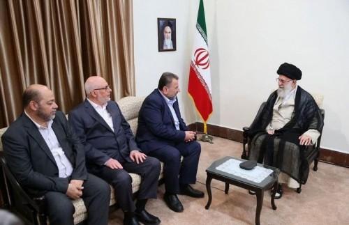 """لإرضاء سيدهم.. وفد حماس يقدم هدية للمرشد الإيراني """"خامنئي"""" (صور)"""